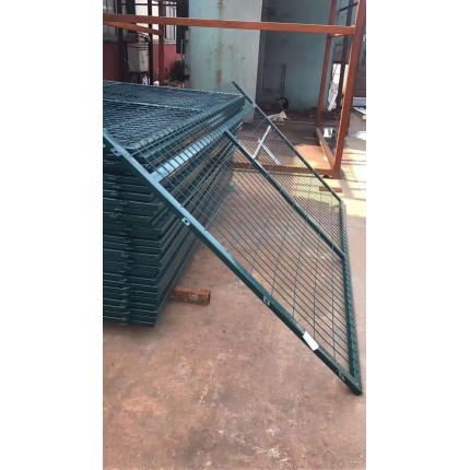 河北东联供应优质铁路护栏网水泥立柱防护栅栏大量现货可接生产