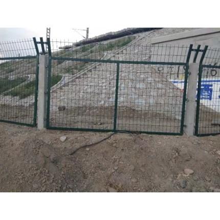 河北东联铁路防护网、8001 8002护栏网 水泥立柱防护网